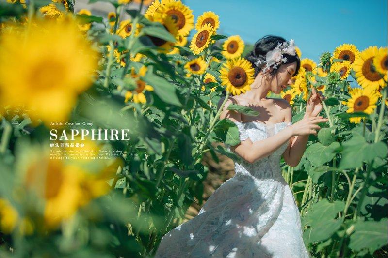 在向日葵花田裡拍攝婚紗照~也是挺浪漫der