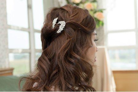 高雄新秘文訂造型 / 自然波浪捲髮 / 精緻飾品