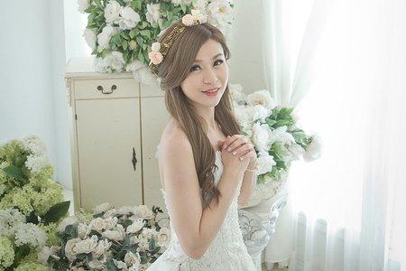 嘉恩-婚紗外拍造型(翁詩涵造型彩妝工作室)