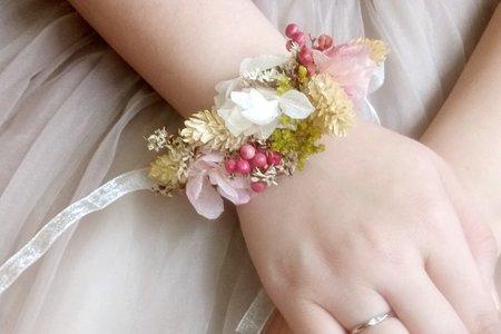 為新娘設計手作的乾燥花飾品(翁詩涵造型彩妝工作室)