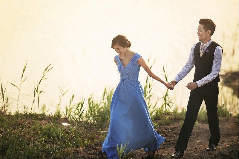 水藍色禮服也很襯新娘膚色喔~